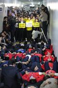 누워서 항의하는 자유한국당