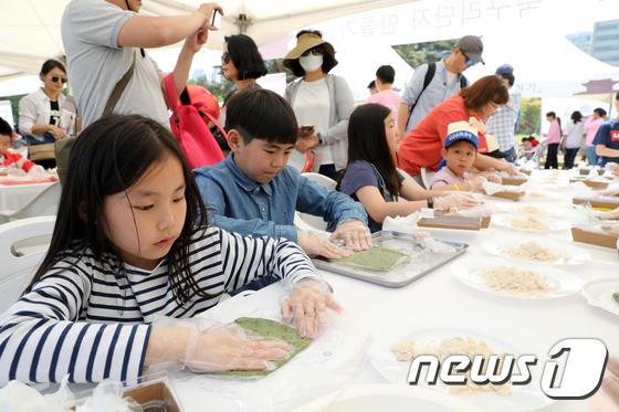 궁중문화 체험하는 어린이들