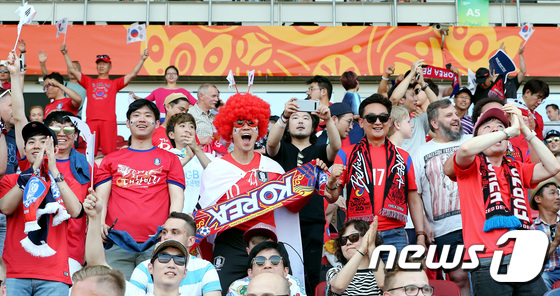 열정적 응원 펼치는 한국 축구팬들