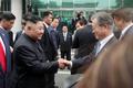 미소로 인사하는 문재인 대통령·김정은 위원장
