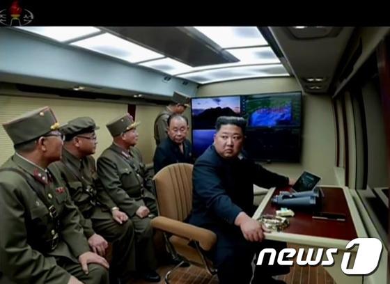 방사포 시험사격 참관하는 北 김정은 위원장