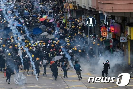 [사진] 최루가스 난무한 홍콩 시위현장