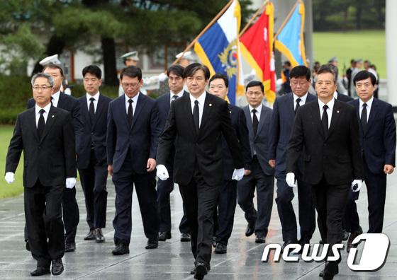 현충원 참배 나선 조국 신임 법무부 장관