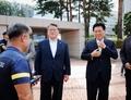박근혜 전 대통령 태운 차량과 함께 병원 도착한 조원진·홍문종