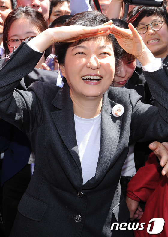 박근혜 '햇빛이 너무 강해'