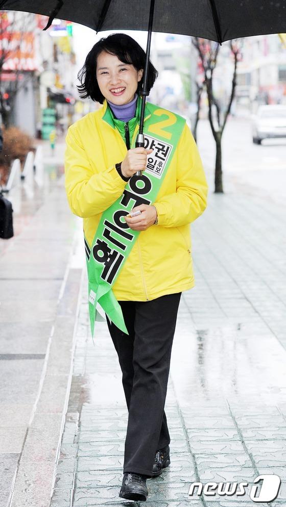 유은혜 후보 '우산이 되어드릴게요'