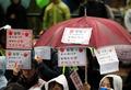 동양사태 피해자들 '우산 들고 거리로'
