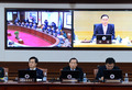 총리 모두발언 경청하는 국무위원들