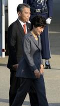 안행부 장관과 걸어가는 박근혜 대통령