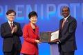 기념우표 전달하는 박근혜 대통령