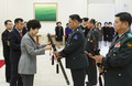 수치 달아주는 박근혜 대통령