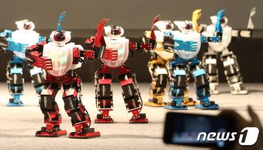 '다함께 로봇 춤을'