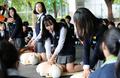심폐소생술 체험하는 학생들