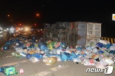 올림픽대로에서 전복된 쓰레기차