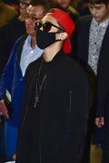 비스트 이기광, 블랙 패션에 빨간 스냅백으로 포인트를 딱!