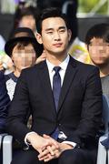 김수현, 늠름한 자태