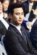 '아시아의 별' 김수현, 가을 햇살에 눈부셔~