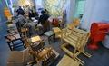 의자와 책의 기부로 만들어진 작은 도서관