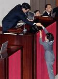 국회의장과 악수하는 박근혜 대통령
