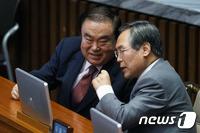 """선거구 재획정 논의 시기…與 """"정기국회 후"""" 野 """"당장"""""""