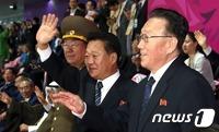 인천 떠나는 北 고위급 대표단에 준 선물은