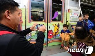 라바 지하철 첫 운행…인증샷 찰칵