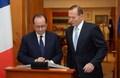 [사진]호주 의회에서 방명록에 서명하는 올랑드
