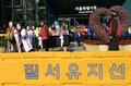 시청 앞 행진하는 전철협