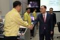 직원들 격려하는 정홍원 총리