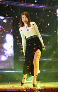 홍진영, '장미꽃 맞으며 깨방정 애교미소 활짝'
