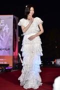 이솜, 아름다운 드레스와 어울리는 아름다운 손인사
