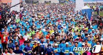 휴일 마라톤 즐기는 시민들