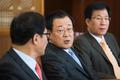 정보위원들과 대화하는 이병기 국정원장