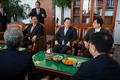 의원들과 대화하는 이병기 국정원장