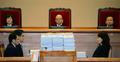 헌법재판관들 앞 쌓여 있는 자료