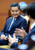 윤병세 장관 이야기 듣는 렁춘잉 홍콩 행정수반