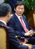 렁춘잉 홍콩 행정수반 접견하는 윤병세 장관