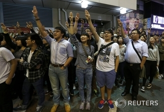 홍콩시위대 '세 손가락 인사'