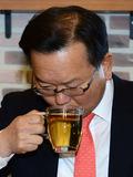 김부겸 '차 한잔 마시고'