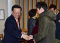 취재진과 인사하는 김부겸 전 의원