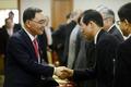 국토정책위원들과 인사 나누는 정홍원 총리