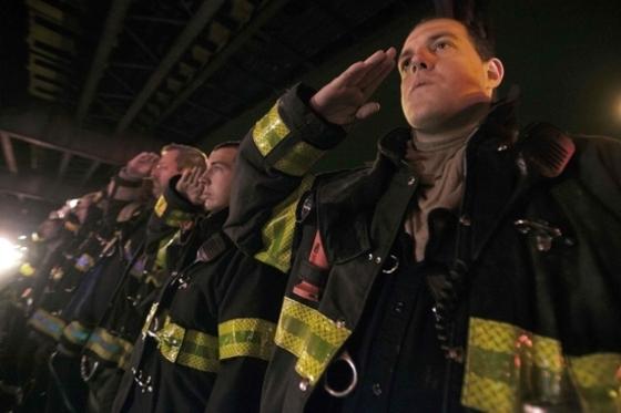 순직 뉴욕경찰에 경례하는 소방관들