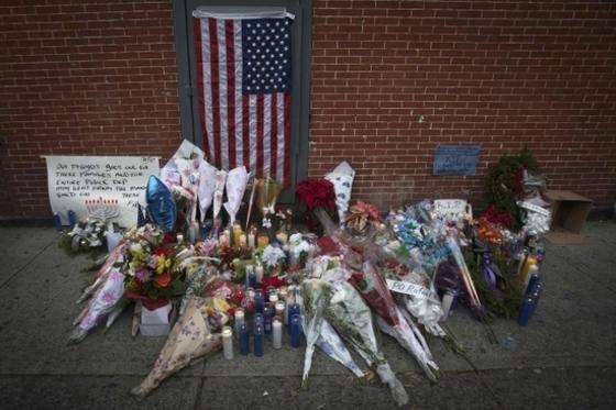 뉴욕 경찰 피살현장에 놓인 꽃들