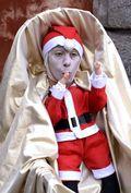 [사진]어린 산타로 변한 거리 예술가