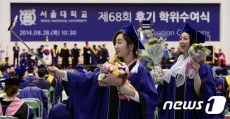 졸업식장 신풍속도…'셀카봉' 이젠 필수