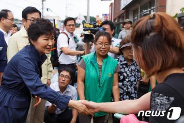 침수피해 주민 손 잡은 박 대통령