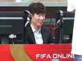 축구게임 즐기는 박지성