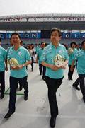 김무성 대표, 마스코트 들고 경기장 시찰