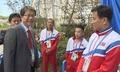 북한 역도선수들과 대화 나누는 류길재 장관