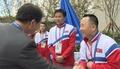 북한 역도선수들과 인사 나누는 류길재 통일부 장관